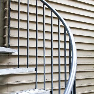 Diseño de escalera de caracol, de estilo zen, con escalones de metal, contrahuellas de metal y barandilla de metal