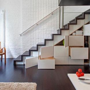 ニューヨークの小さい木のインダストリアルスタイルのおしゃれな直階段 (木の蹴込み板) の写真