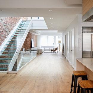 На фото: большая лестница на больцах в современном стиле с стеклянными ступенями и стеклянными перилами без подступенок с
