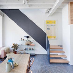 Immagine di una scala design con pedata in legno, nessuna alzata e parapetto in metallo