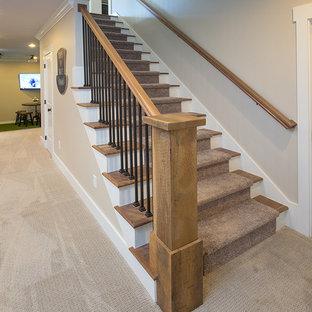 Imagen de escalera recta, campestre, grande, con escalones de madera y contrahuellas de madera pintada