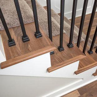 Foto de escalera recta, campestre, grande, con escalones enmoquetados y contrahuellas enmoquetadas
