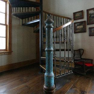 ニューヨークの小さい木のカントリー風おしゃれな階段の写真