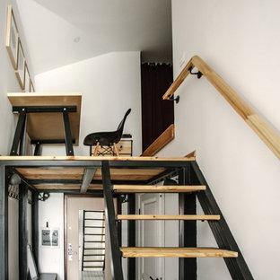 Bild på en liten industriell rak trappa i trä, med öppna sättsteg