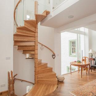 Idéer för en modern spiraltrappa i trä, med sättsteg i trä