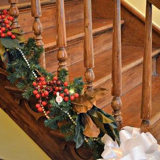 Modelo de escalera en U, clásica, pequeña, con escalones de madera, contrahuellas de madera y barandilla de madera