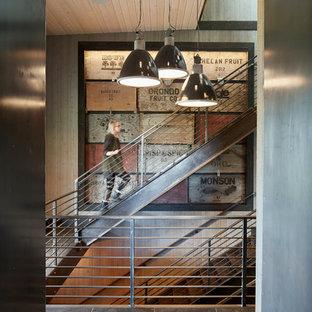 Foto de escalera en U, campestre, de tamaño medio, con escalones de metal, contrahuellas de metal y barandilla de metal