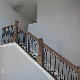 Idéer för att renovera en mellanstor funkis l-trappa i trä, med sättsteg i målat trä och räcke i trä