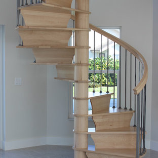 Modelo de escalera de caracol, clásica renovada, pequeña, con escalones de madera, contrahuellas de madera y barandilla de varios materiales