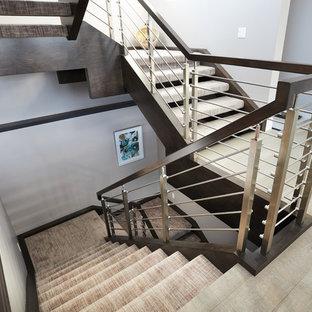 Imagen de escalera suspendida, minimalista, grande, con escalones enmoquetados y barandilla de varios materiales