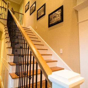 """Foto di una scala a """"L"""" classica di medie dimensioni con pedata in legno e alzata in legno"""