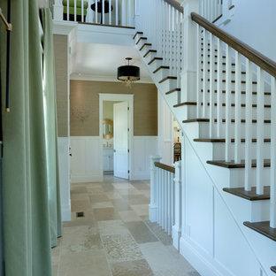 Modelo de escalera recta, campestre, de tamaño medio, con escalones de madera, contrahuellas de madera pintada y barandilla de madera