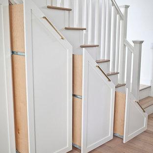 Ispirazione per una scala a rampa dritta boho chic di medie dimensioni con pedata in legno e alzata in legno verniciato