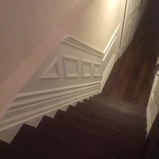 Modelo de escalera curva, clásica, grande, con escalones de madera y contrahuellas de metal