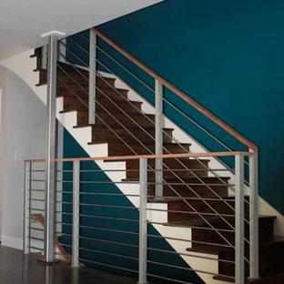 Modelo de escalera recta, contemporánea, con escalones de madera y contrahuellas de madera