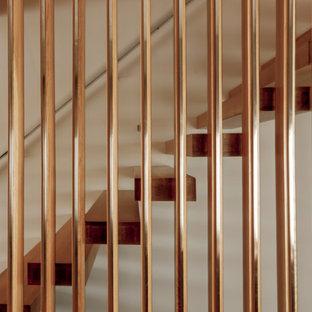Ejemplo de escalera suspendida, nórdica, de tamaño medio, sin contrahuella, con escalones de madera