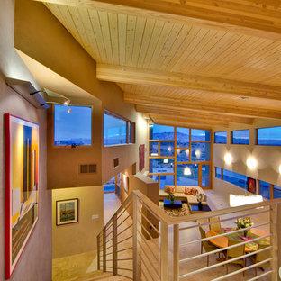 Foto de escalera suspendida, minimalista, extra grande, con escalones de madera