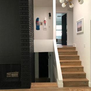 Diseño de escalera en U, ecléctica, grande, con escalones de madera, contrahuellas de madera y barandilla de varios materiales