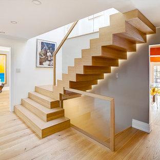 トロントの中サイズの木のコンテンポラリースタイルのおしゃれなかね折れ階段 (木の蹴込み板) の写真