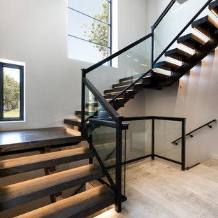 Idéer för en mellanstor modern u-trappa i trä, med öppna sättsteg och räcke i glas