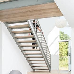 Foto på en mellanstor funkis rak trappa i trä, med öppna sättsteg