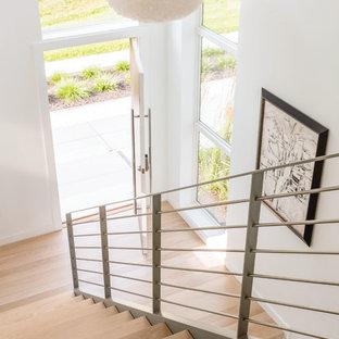 Idéer för en mellanstor modern rak trappa i trä, med öppna sättsteg