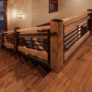Foto de escalera en U, tradicional renovada, de tamaño medio, sin contrahuella, con escalones de madera