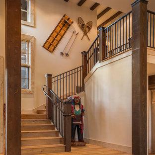 Modelo de escalera curva, rural, de tamaño medio, con escalones de madera y contrahuellas de madera