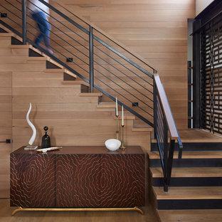 """Foto di una scala a """"L"""" contemporanea di medie dimensioni con pedata in legno, parapetto in materiali misti e alzata in metallo"""