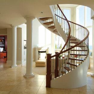 Modelo de escalera curva, clásica, grande, sin contrahuella, con escalones de madera y barandilla de varios materiales