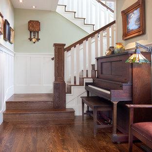 Modelo de escalera curva, de estilo americano, de tamaño medio, con escalones de madera, contrahuellas de madera y barandilla de madera