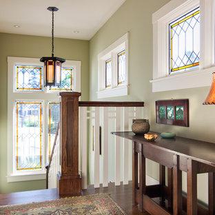 Ejemplo de escalera en U, de estilo americano, de tamaño medio, con escalones de madera, contrahuellas de madera y barandilla de madera