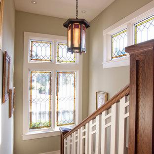 Diseño de escalera en U, de estilo americano, de tamaño medio, con escalones de madera, contrahuellas de madera y barandilla de madera
