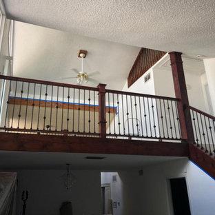 Foto de escalera recta y madera, tradicional, de tamaño medio, con contrahuellas de madera, barandilla de madera y madera