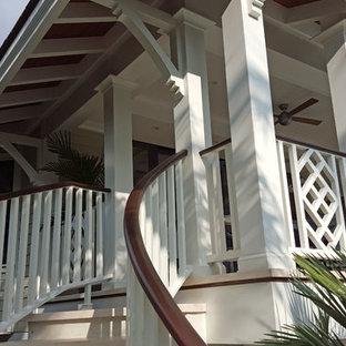 Foto de escalera curva, tropical, de tamaño medio, con escalones con baldosas y contrahuellas con baldosas y/o azulejos