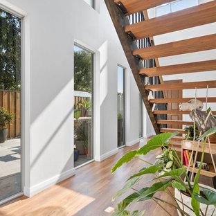 Modelo de escalera recta, actual, pequeña, con escalones de madera, contrahuellas de metal y barandilla de metal