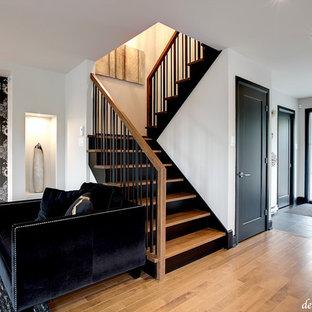 Ejemplo de escalera en U, actual, pequeña, con escalones de madera y contrahuellas de madera