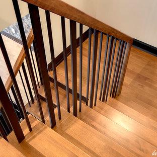 Cette image montre un petit escalier design en U avec des marches en bois et des contremarches en bois.