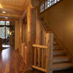 Ejemplo de escalera en L, rural, grande, sin contrahuella, con escalones de madera