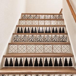 Foto de escalera en U, contemporánea, pequeña, con escalones de madera y contrahuellas con baldosas y/o azulejos