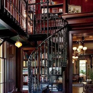 サンフランシスコの金属製のヴィクトリアン調のおしゃれならせん階段 (金属の蹴込み板、金属の手すり) の写真