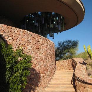 フェニックスの広いサンタフェスタイルのおしゃれなサーキュラー階段 (金属の手すり) の写真
