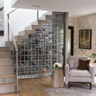 Ejemplo de escalera suspendida, tradicional renovada, de tamaño medio, con escalones de hormigón, contrahuellas de hormigón y barandilla de cable