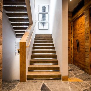 Foto de escalera en U, rústica, sin contrahuella, con escalones de madera