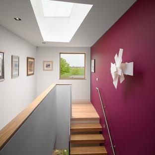 Diseño de escalera suspendida, actual, sin contrahuella, con escalones de madera