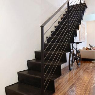 Modelo de escalera recta, actual, pequeña, con escalones de metal, contrahuellas de metal y barandilla de cable