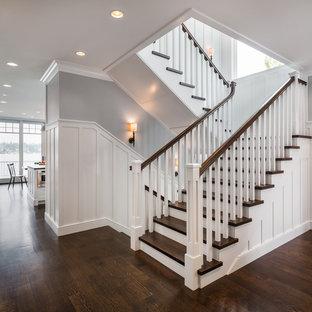"""Immagine di una scala a """"U"""" stile americano di medie dimensioni con pedata in legno, alzata in legno verniciato e parapetto in legno"""