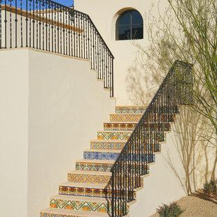 フェニックスの木の地中海スタイルのおしゃれな折り返し階段 (タイルの蹴込み板) の写真
