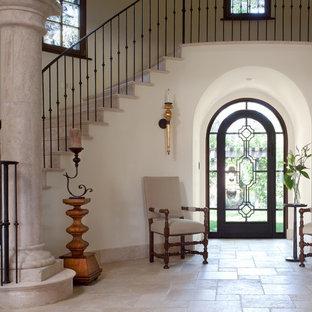 На фото: изогнутая лестница в средиземноморском стиле с