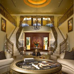 Idéer för att renovera en stor medelhavsstil svängd trappa i marmor, med sättsteg i marmor och räcke i metall